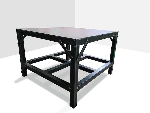 Черный окрашенный металлический стол, изолированные на белом
