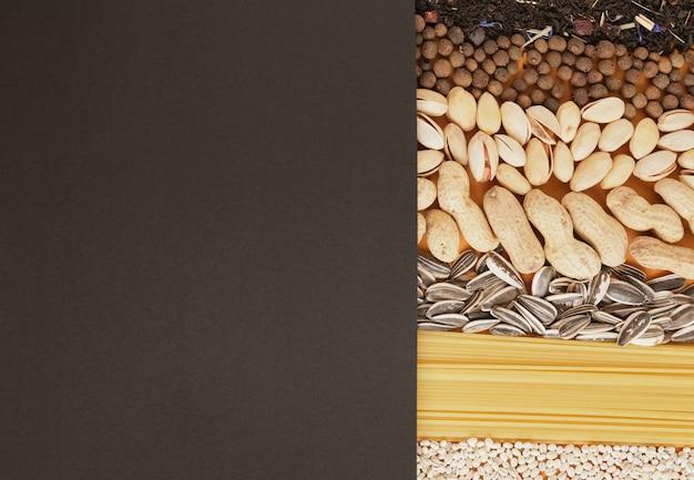黒い紙と食べ物、材料のモックアップとテキストコピースペースの上面図のスペース