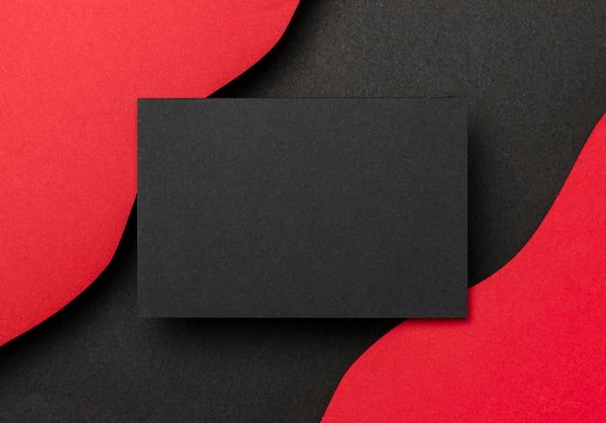 黒い紙と赤い背景の波状レイヤー