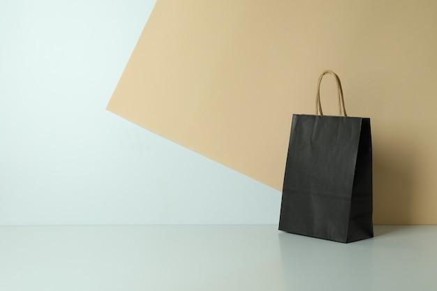 ツートンカラーの黒い紙袋