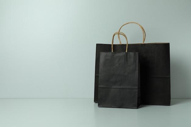 白地に黒の紙袋
