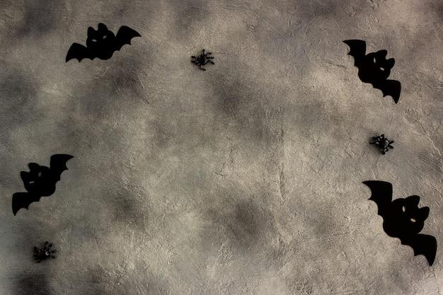 회색 배경에 검은 종이 박쥐와 거미, 현대적인 최소한의 디자인, 할로윈 카드.