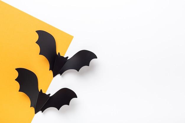 노란색과 흰색 바탕에 검은 종이 박쥐. 텍스트 복사 공간이 있는 할로윈 인사말 카드 - 이미지