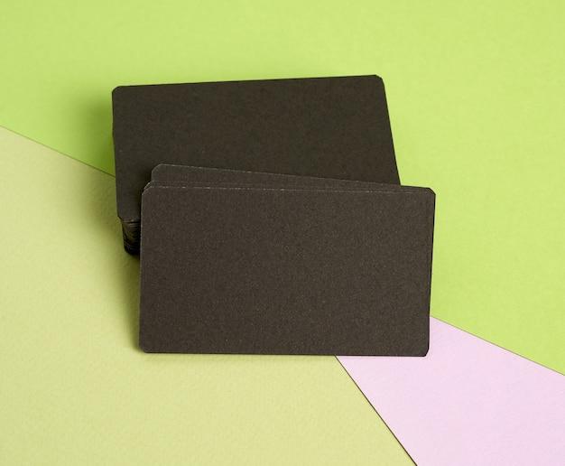 ピンクグリーンの黒い紙空白の名刺