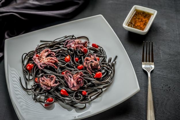 Черная паста с перцем и маленьким осьминогом