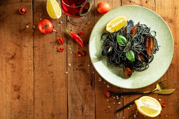 Черная паста с морепродуктами на тарелке