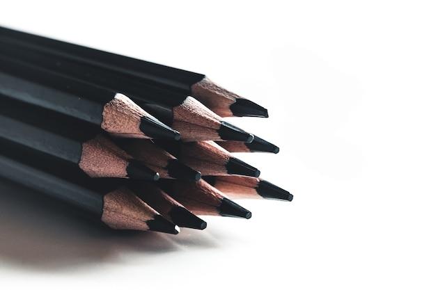 흰색 배경에 고립 된 검은 연필