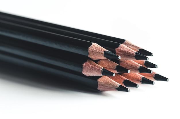 白い背景で隔離の黒鉛筆
