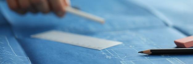 家のプロジェクトのクローズアップの図面に横たわっている黒鉛筆