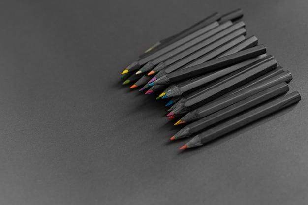 分離された黒の鉛筆色鉛筆