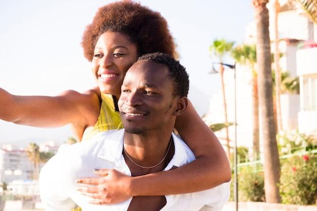 흑인 젊은 부부는 재미 있고 함께 야외 여가 활동을 즐기는 웃음