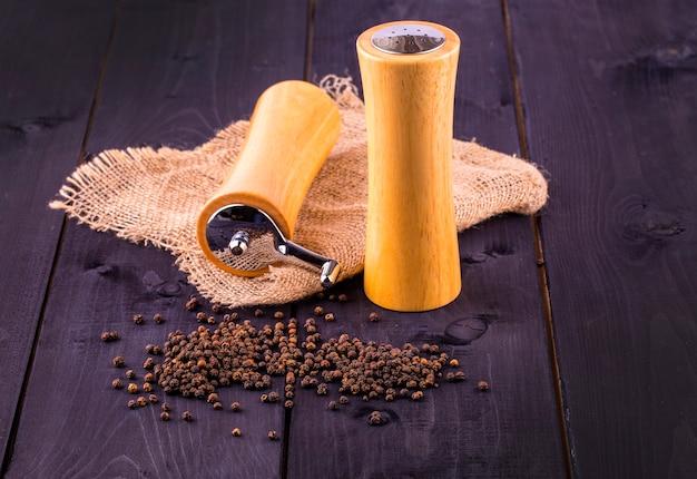 黒胡椒のとうもろこしと黒胡椒の粉を木製のテーブルに