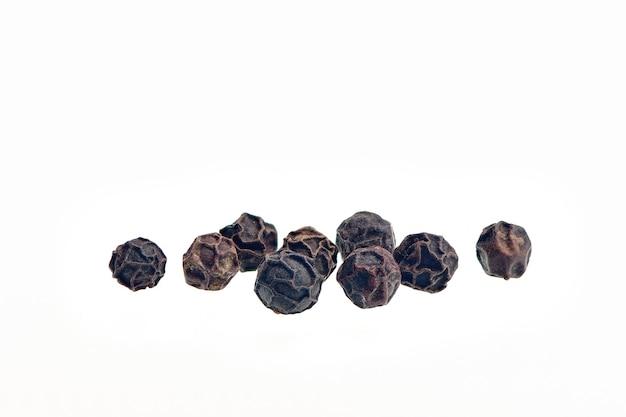 검은 후추 곡물 흰색 배경이에 고립입니다. 마른 후추 향신료의 힙입니다. 검은 후추 씨앗은 보기를 닫습니다.