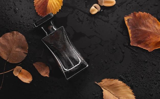 黒い香水と乾燥した葉