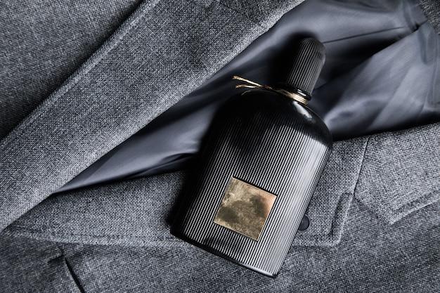 Черный парфюм на мужской костюм