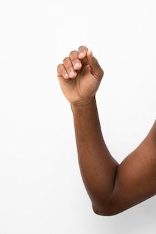 手を上げている黒人