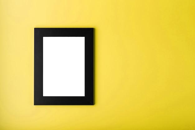 노란색 표면에 검은 색 액자
