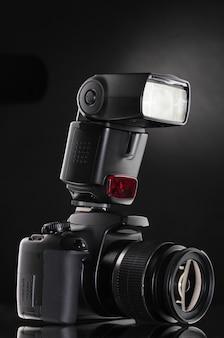 검정색 배경에 플래시와 함께 검은 photocamera