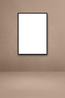 ベージュの壁に掛かっている黒い額縁。空白のモックアップテンプレート