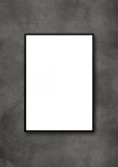 暗いコンクリートの壁に掛かっている黒い額縁。空白のモックアップテンプレート