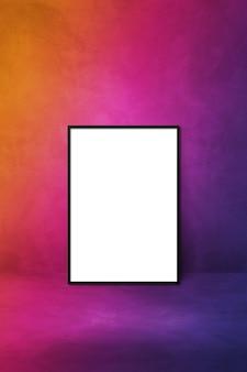 紫色の壁にもたれて黒い額縁。空白のモックアップグラデーションテンプレート