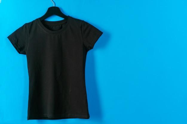 ハンガーに掛かっている黒のプレーンtシャツ