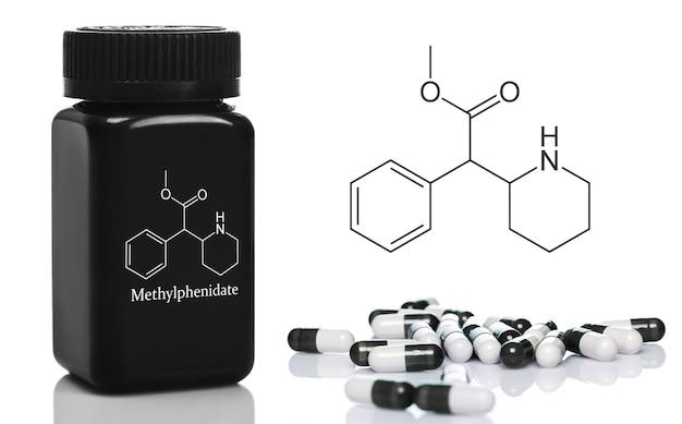 メチルフェニデートの丸薬が入った黒いプラスチックボトル