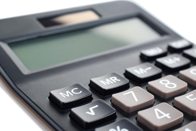 白い背景、クローズアップで隔離の黒いプラスチックデジタル計算機。シンボル経済学、数学、会計、財務の概念。知識の日、計算する、お金を数える。