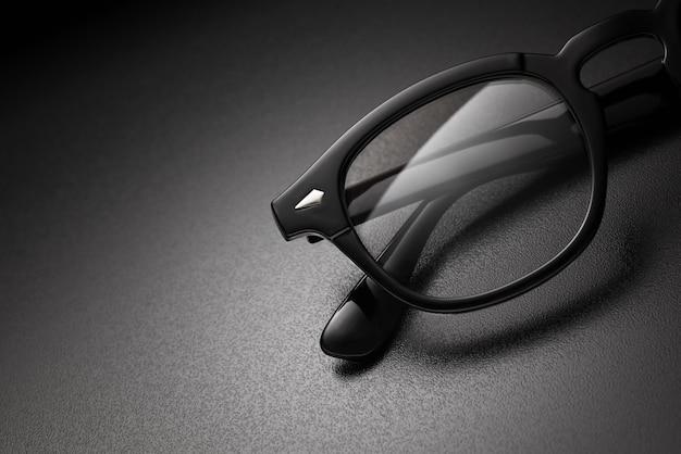 コピースペース付きの黒いプラスチック製の眼鏡