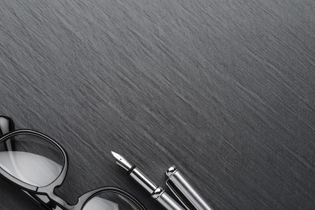 万年筆付きの黒いプラスチック製の眼鏡