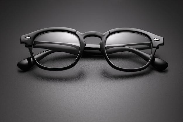 黒いプラスチック製の眼鏡