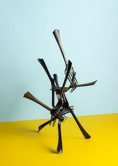 黒いプラスチック製のフォーク。抽象化。ミニマリズム。クリエイティブ