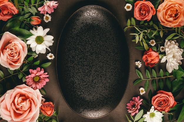 아름다운 여름 꽃으로 장식 된 블랙 플레이트 프레임