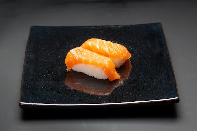Черная тарелка с лососем суши