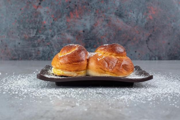大理石の甘いパンと黒の大皿