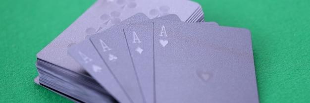 에이스와 블랙 카드 놀이 돈 개념에 대 한 녹색 게임 테이블 도박 카드 게임에 거짓말
