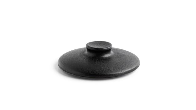 Черный горшок, изолированные на белой поверхности