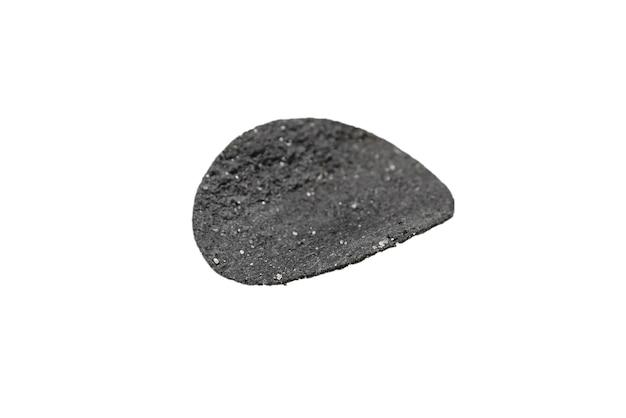 Черные картофельные чипсы, изолированные на белом фоне