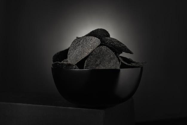 Черные картофельные чипсы на черном