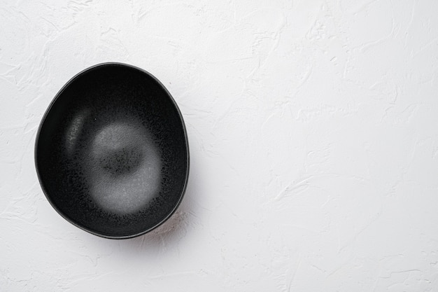 텍스트 또는 음식을 위한 복사 공간이 있는 검은색 도자기 그릇 세트, 텍스트 또는 음식을 위한 복사 공간, 위쪽 뷰 플랫 레이, 흰색 돌 테이블 배경