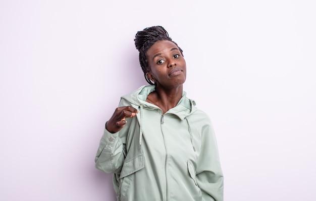오만하고, 성공하고, 긍정적이고 자랑스러워 보이는 흑인 여성, 자기 자신을 가리키는