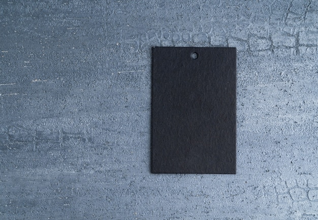 装飾的なテクスチャ背景に分離された黒の値札。上面図