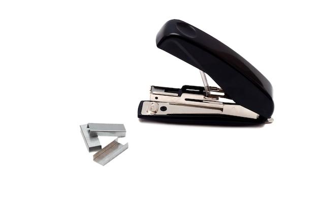Черный профессиональный степлер со скобами, изолированные на белом фоне