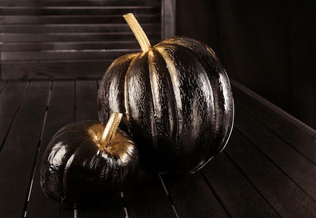 Черная тыква. украшение дома на хэллоуин в современном стиле. по горизонтали.