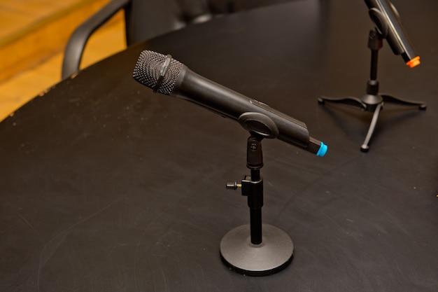 테이블에 검은 라디오 마이크.