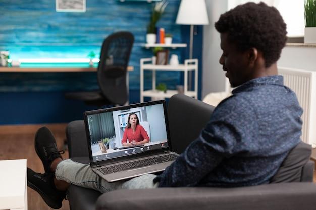 ビデオ通話で自宅から作業している黒人のリモートの人