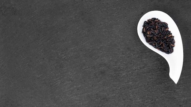 테이블에 그릇에 검은 쌀