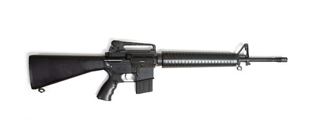 흰색 배경에 고립 된 검은 소총 기관총