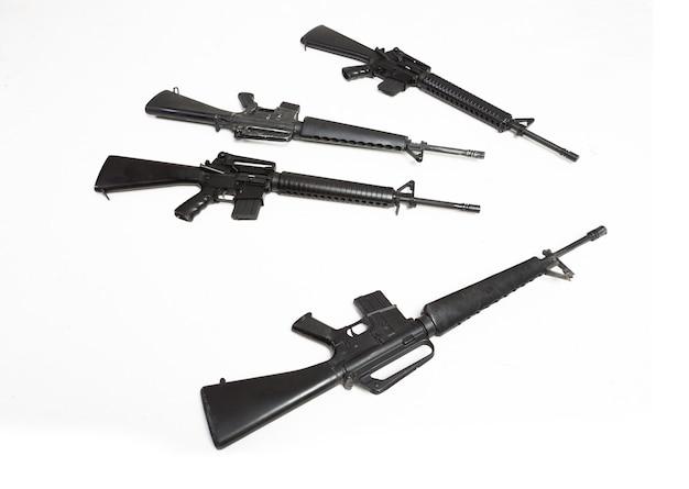 白い背景で隔離の黒いライフル機関銃