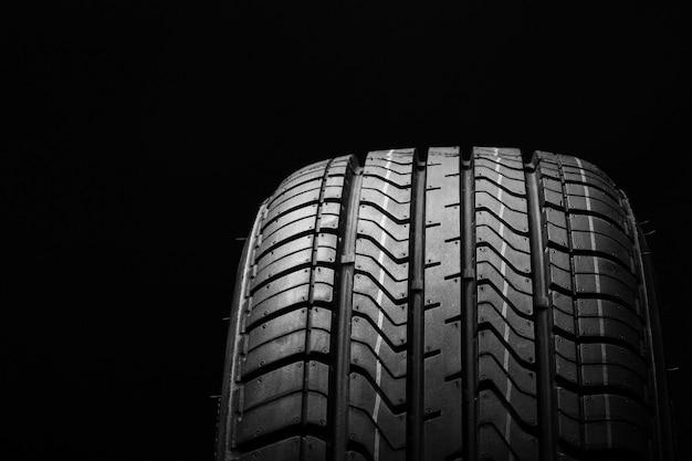 黒地に黒のゴム製タイヤ